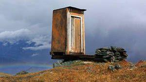 Situées au-dessus d'un ravin en Sibérie, ces toilettes pas comme les autres donneraient à n'importe qui le vertige. Servant de WC au personnel d'une station météo perchée sur les montagnes de l'Altai, cet incroyable petit coin a été désigné comme étant le plus dangereux du monde.  En savoir plus: http://www.gentside.com/toilettes/placees-au-dessus-d-039-un-ravin-ces-toilettes-sont-les-plus-dangereuses-du-monde_art56726.html Copyright © Gentside