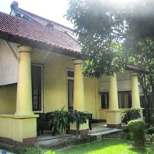 Bangunan di dalam Keraton Sumenep. Keraton yang dibangun dengan memadukan arsitektur Jawa, China dan Eropa.