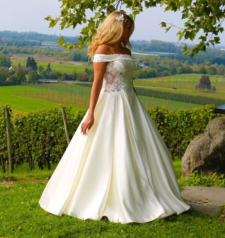 ♕ Traumhaft schönes Brautkleid ♕  ❦❦❦ aufwendige Handarbeit aus hochwertigen Stoffen! Spitzen Qualität!  ❦❦❦ Das Kleid ist ein Unikat!  ❦❦❦ Mit hochwertigen eingearbeiteten Corsage.  ❦❦❦ Das Kleid ist mit funkelnden Perlen und Spitze verziert.  ❦❦❦ Ein wunderschönes Brautkleid aus Satin und Spitze.  ❦❦❦ Auf den Fotos trägt das Model einen Reifrock.  ❦❦❦ Sie können zwischen zwei Farben auswählen: Weiß oder Ivory.