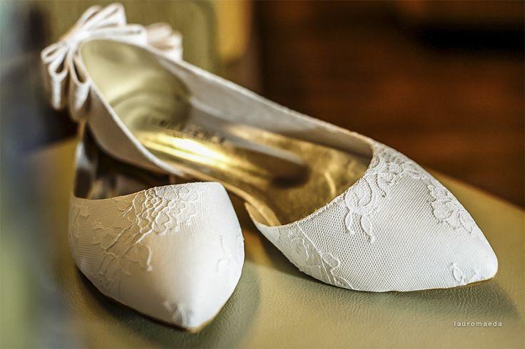Sabemos que para as noivas mais altas, escolher o sapato para o casamento pode ser uma tarefa bastante complicada. Principalmente se o parceiro também não for muito alto, não é?  Pensando nas noivinhas que precisam de inspirações para resolver esse detalhe que, para algumas, é um problemão, reunimos algumas sugestões de modelos de sapatos …
