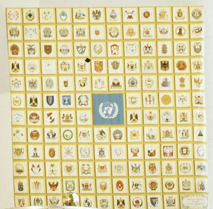 Ce tapis de tapisserie réalisé par l'American Tapisserie Guilde a été présenté aux Nations Unies le 23 octobre 1975. Nommé le tapis de la paix des Nations Unies, il se compose de 138 carrés, avec l'écusson ou les armes des États qui étaient membres des Nations Unies au moment où ce projet a été achevé. Le carré central contient le sceau des Nations Unies. Le tapis, a été réalisé par 133 femmes et 5 hommes. Il a fallu plus de deux ans pour compléter le tapis.