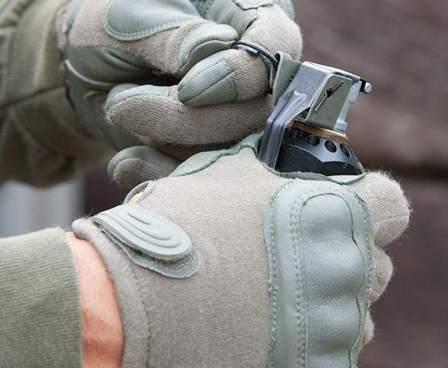 Hatch Hard Knuckle Operator Glove Hatch Hard Knuckle Operator Glove – перчатки с жесткой защитой костяшек пальцев были специально созданы для профессионалов специальных подразделений армии и полиции. Козья кожа на ладонной части гарантирует долговечность, отменный хват оружия и защиту от огня.