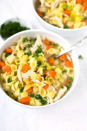 Schnelle Hühnersuppe. Für dieses Rezept braucht ihr nur Hähnchenbrustfilet, Hühnerbrühe, Suppengemüse, Nudeln, Salz und Pfeffer. SO einfach! - Kochkarussell.com (Vegan Curry Rezept)