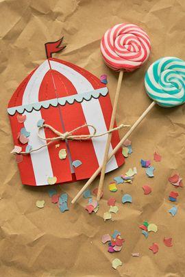"""Einladungskarten """"Zirkus"""": Wir basteln uns ein Zirkuszelt. Mottopartys fangen schon bei der Einladung an. Das gestreifte Zelt passt daher super als Einladung zur Zirkusparty.  //       Einladung  #Kindergeburtstag #Geburtstagseinladung"""