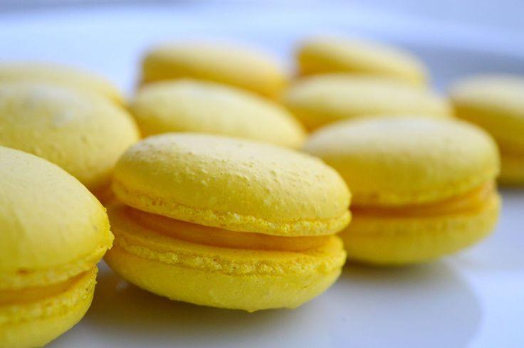 Visste du at du trenger bare mandelmel, egg, melis og sukker for å lage disse nydelige makronene? Det er ikke så avansert som det ser ut som!