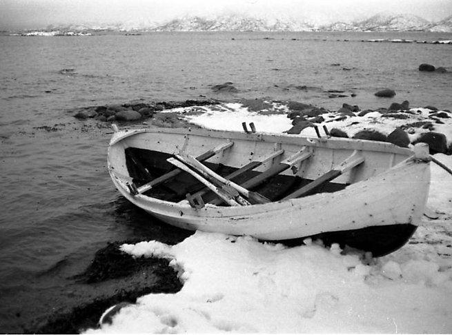 Båter fra Kjerstad.   Vi kalte den for båten til Hartvik. Her ligger den en vinterdag øverst i Hartvik-støa på storflo. Rett over akterstevnen ser vi starten på vorren i Hartvikstøa. (Foto: SP)