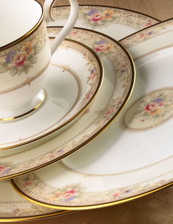 Сервиз обеденный, 6 перс, 23 пр, Итальянская роза  Посуда из костяного фарфора. Комплектация: тарелка подстановочная 27 см - 6, тарелка десертная 20 см - 6, тарелка суповая- 6,  солонка - 1, перечница - 1, салатник большой - 1, салатник маленький - 2.