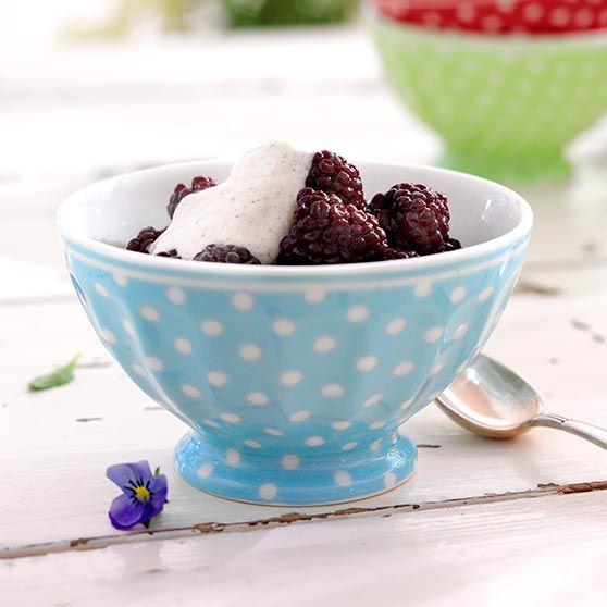 Bjørnebærsalat med kanelkrem - http://www.dansukker.no/no/oppskrifter/bjornebarsalat-med-kanelkrem.aspx #oppskrift #bjørnebær #kanelkrem #dessert #sommer