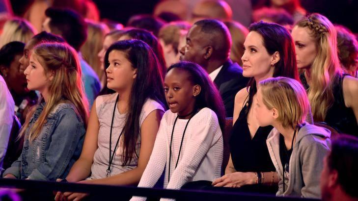 FRISK SOM EN FISK: Hollywood-stjernen Angelina Jolie fikk nylig operert bort begge eggstokkene, to år etter at hun gjennomgikk en dobbel mastektomi for å unngå kreft. Lørdag koste hun seg på Kids Choice Awards sammen med døtrene Zahara og Shiloh (t.h). Foto: NTB/Scanpix
