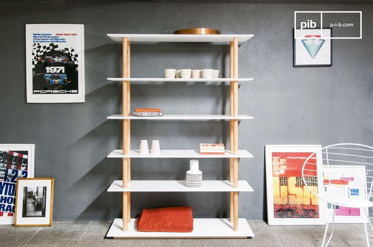 Dieses Bücherregal ist ein Prachtstück des skandinavischen Designs, das für Ihre Bücher, DVD oder Schallplattensammlung einfach perfekt sein wird. Sie können auf diesem Möbel wirklich Ihren eigenen Geschmack ausdrücken, indem Sie Vasen und andere Dekoartikel Ihrer Wahl draufstellen.