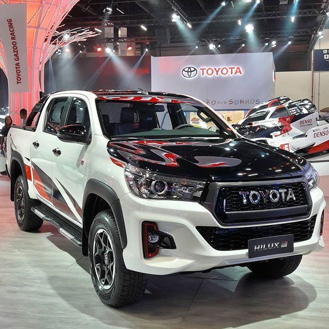 Toyota Hilux Gr Sport 2019 Sua Por R 2069 Mil Apresentada No Salao Do Automovel De Sao Paulo A Hilux Gr Sport Sera Vendida N Toyota Hilux Sports Cars Toyota
