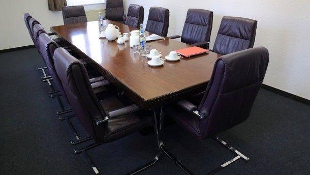 Am Konferenztisch Zeit verschwendet? Viele Führungskräfte haben oft diesen Eindruck.