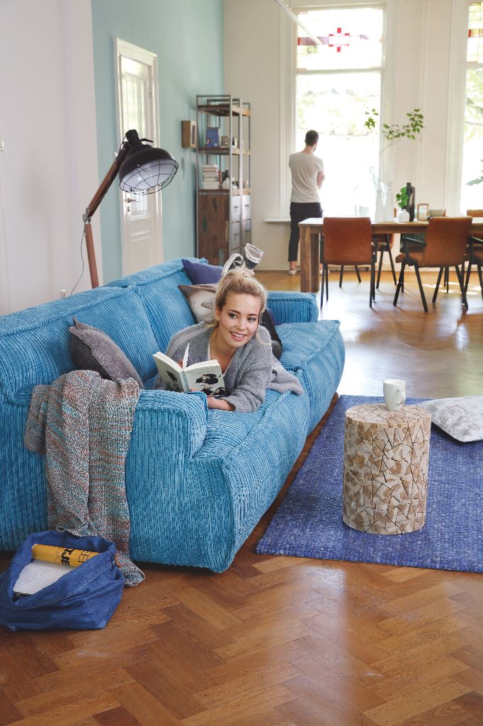 Trendhopper ● Een robuuste bank van ribstof en industriële meubels geven je interieur een stoere uitstraling.