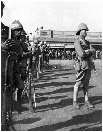 The Grenadier Guards in Pretoria. Photos of  Guardsman serving in the Boer War are often show wearing white, or lighter colored puggarees ar...