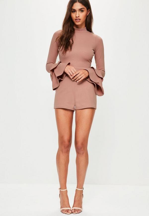 mettez-vous en mode froufrous en portant ce combishort rose avec son col montant et ses manches longues volantées super chics!