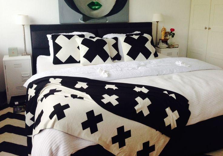 Zwart-witte slaapkamer met stoer plaid en kussens van Studio Volt #bedroom #scandinavian