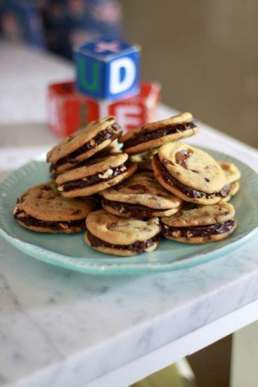 Det går att göra whoopies även av chocolate chip cookies. Perfekt kombination av två goda kakor!