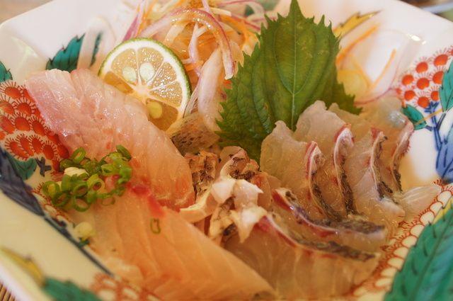 魚山人 - 料理写真:お刺身はタイとイサキ!醤油ではなくポン酢と柚子胡椒でいただきます!