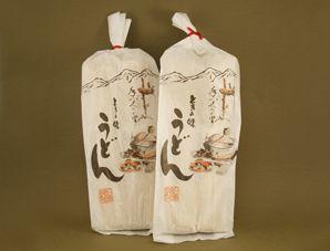 日邦食品の前身は、明治時代からのたばこやお米などの雑貨販売店でした。 戦後の昭和23年、日邦食品を設立。乾麺や給食等の麺類の製造販売を開始しました。 昭和50年、さらに「美味しくて良い物が作りたい」と「ときの味」を製品化。 長崎・五島列島のひらがま天然塩を使い、3日間かけた熟成製法で作った麺は、7分間も湯でることで、腰のある麺を作り出す絶品です。また極力塩分をおさえているため、水洗いせず、ゆで湯をそのまま使い、小麦の香りを楽しみながら釜上げで食べるのが美味です。 また美濃地方らしく「ころ」で食べても美味しいです。夏のそうめんやきしめんもお勧めです。