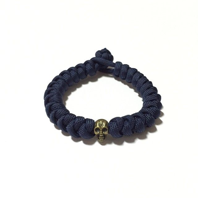 Night Falls Paracord Bracelet Design: [Snake Knot]  Also available at: Witty Label Concept @wlcshop  Unisex Bracelet  #ParacordBracelet #mensbracelet #womansbracelet #paracord #bracelet #ig_paracord #madeinsingapore