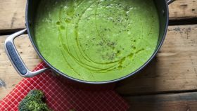 Brokolicová polievka s orechami a kozím syrom