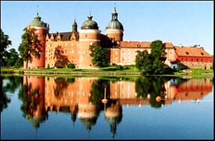 Il castello di Gripsholm fu costruito a partire dal 1500 e sembra proprio un classico castello delle fiabe con vicino l'acqua e le torri rotonde.