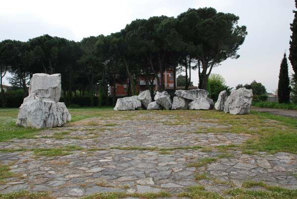 """Giovanni Michelucci (Pistoia 1891 - Firenze 1990), """"Sacrario in memoria dei soldati caduti a kindu"""", 1961, Pisa Le 13 pietre poste all'esterno che ricordano i 13 caduti di Kindu La Kinzica"""