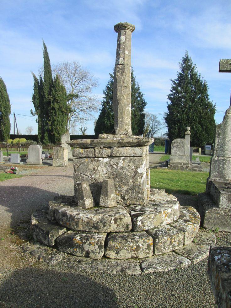 Germond: croix de cimetière. Datée de 1687, elle est composée de 3 parties bien distinctes: une base circulaire de 3 degrés, un socle quadrangulaire formant autel et un fût polygonal terminé par une série de moulures. Le couronnement de la croix a disparu.