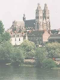 La cathedrale de Tours. Les deux tours (environ 70 m de haut) sont visibles de très loin, elles ont été achevées à la fin du XVème et au debut du XVIème siècle.