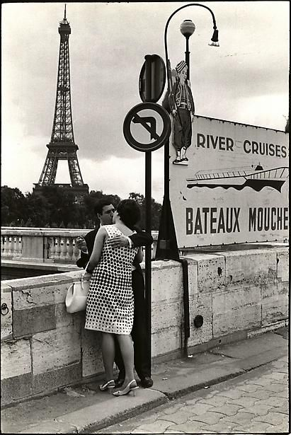 Paris , 1967 - Casal apaixonado com vista para a Torre Eiffel
