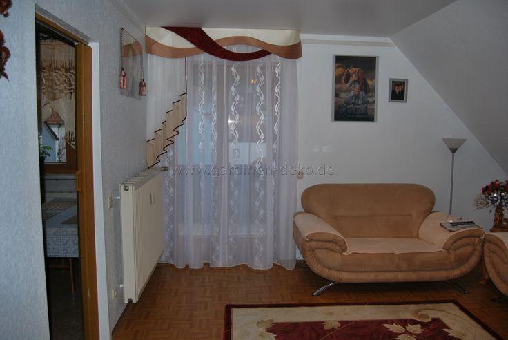 klassischer wohnzimmer vorhang mit stufen halbschal und schabracke. Black Bedroom Furniture Sets. Home Design Ideas
