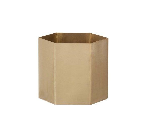 Hexagon è un piccolo vaso di Ferm Living. In ottone massiccio smaltato opaco. Hexagon è un vaso per i vostri fiori o piccole piantine a cui volete dare un tocco glamour. Oppure lo potrete utilizzare per tutti i vostri piccoli gioielli, monete o caramelle. Per la pulizia pulire con un panno umido.