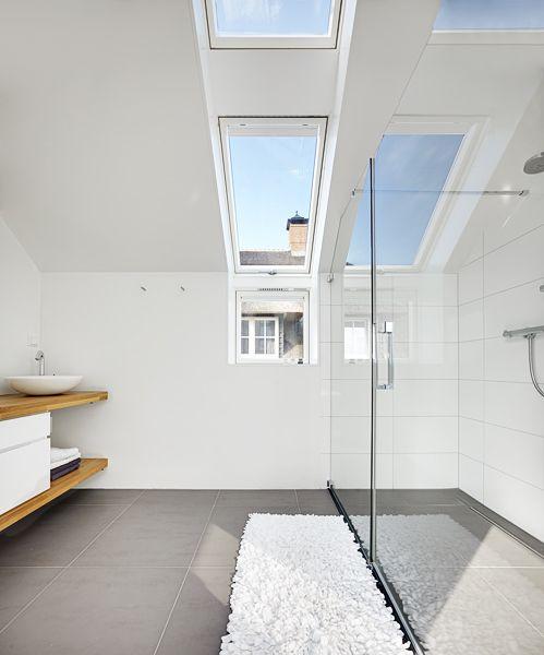 Ideeen Badkamer Indeling ~   badkamer met witte accenten en een dakraam van #FAKRO #badkamer #