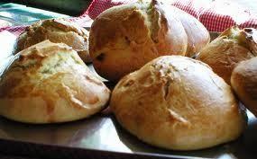 Aprende a preparar pan De Huevo facil con esta rica y fácil receta. Forme un volcan con la harina y el polvo de hornear sobre una superficie enharina. Coloque en el...