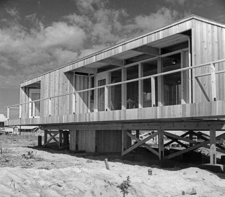 Террасы дома вдоль остекленных фасадов.  (фасад,1950-70е,середина 20-го века,медисенчери,медисенчери модерн,средневековый модерн,модернизм,mcm,пляжный,архитектура,дизайн,экстерьер) .