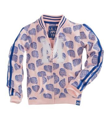 Z8 sweatvest met all over blaadjes, model Madelon Leaves. Het vest is voorzien van een grote M aan de voorzijde, een ritssluiting en sportieve strepen op de mouwen. Roze dessin - NummerZestien.eu