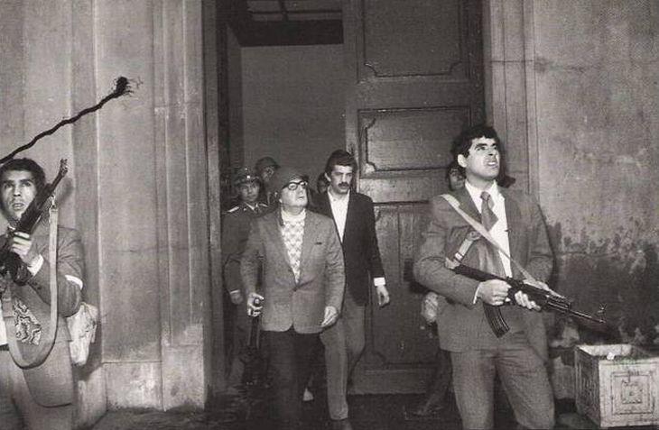 O presidente chileno Salvador Allende tirou sua própria vida após um golpe militar de Augusto Pinochet e seus seguidores. Esta parece ser a última fotografia dele vivo.