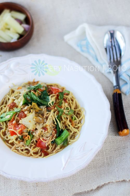 Bakmi Godhog (Javanese Boiled Noodle).  A Chinese influence to Indonesian cuisine esp Javanese.  Besides bakmi, mie or mi is Indonesian words for noodle.  Godhog is a Javanese word for Rebus in Indonesian or Boiled in English.