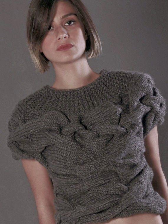 Вязаный пуловер с широкими косами