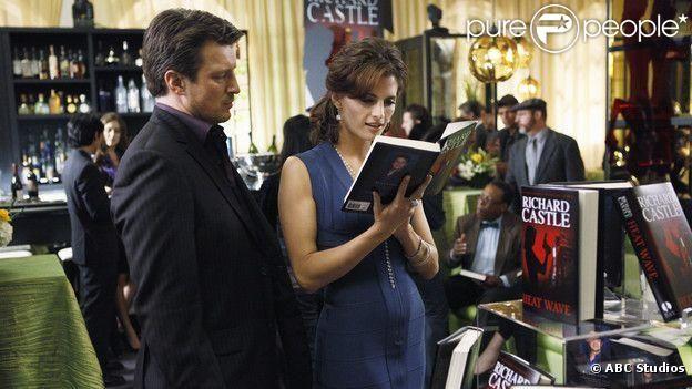 L'écrivain Rick Castle fait découvrir son nouveau livre à sa muse Kate Beckett