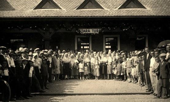 občania Starej Turej očakávajú prvý vlak 1608 na trati Veselí nad Moravou - Nové Mesto nad Váhom, dňa 1.9.1929, ktorý mešká 30 minút – v železničná stanica Stará Turá.