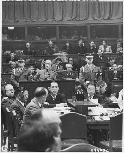 """Tōjō, en una sesión de los """"juicios de Tokio""""."""
