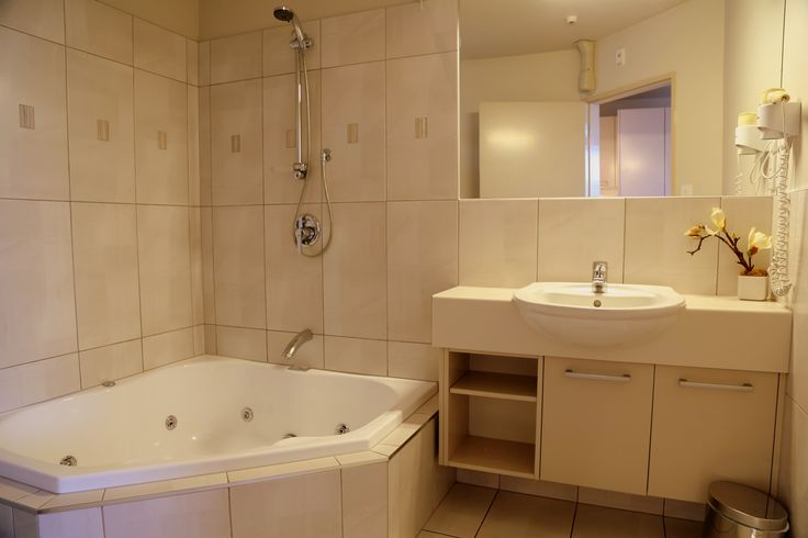Elegant Italian style luxury' Very well appointed First floor Studio. Queen-size bed. Full kitchen facilities including dishwasher, water filter, granite bench-top. Work station for the Business Traveller (Broadband/wireless internet), Fax/Phone, LCD TV, SKY GUEST SELECT 50+ CHANNELS, CD sound system, DVD player. Bathroom has a double corner spa bath. Balcony. AirCon/HeatPump. Two minute stroll to Nelson city centre