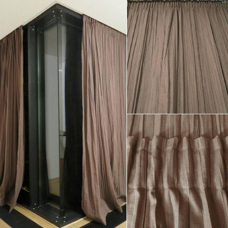 Nietypowe okno zasługuje na niebanalne zasłony. Sypialnia, tkanina Vadain WRINKLE, faktura 3D, splot  włókien naturalny , przypomina len. Plisy, taśma marszcząca uniwersalna. Dekorujemy wnętrza tkaninami. Szyjemy na miarę, poduszki, zasłony, rolety rzymskie, narzuty, pościele, pokrowce.  Dekoracje okienne, dekoracje tekstylne, żaluzje, tkaniny, obicia, tapicer, styleathomepl.