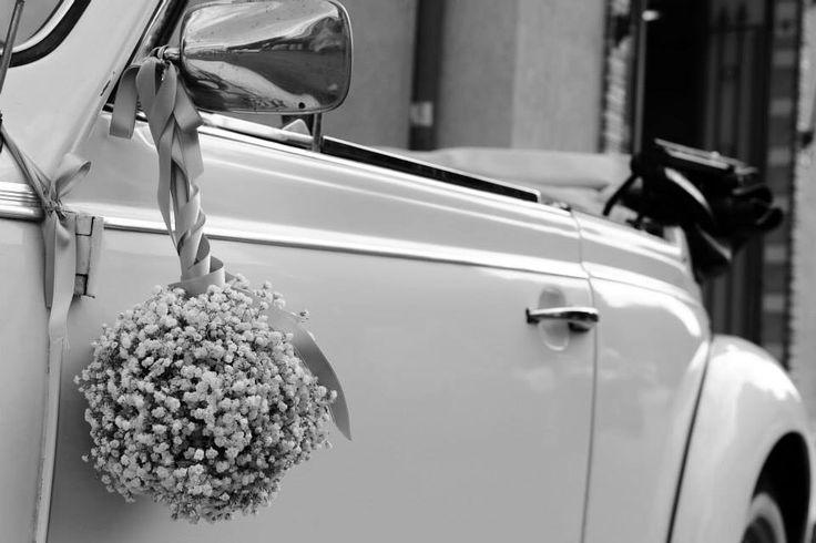 Le auto d'epoca sono le più indicate per un matrimonio romantico dal raffinato carattere retrò, conferiscono un vero tocco di classe rendendo ancor più memorabile l'entrata in scena degli sposi.  Maggiolone cabrio bianco