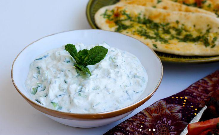 Raita är ett givet tillbehör till den starka och kryddiga indiska maten. Ljuvligt gott med naanbrödoch en het gryta. 1 skål gurkraita, 4 portioner 1 gurka, ta bort kärnhuset och finhacka 1 salladslök, finhackad (går att byta ut mot en pressad vitlöksklyfta) 0,5 dl finhackad koriander eller mynta 1 tsk salt 1tsk kummin eller spiskummin 4 dl turkisk yoghurt Gör såhär: Blanda ihop alla ingredienser och ställ i kylen en stund innan servering. Servera som tillbehör till en kryddstark gryta och…