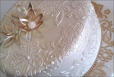 using crystal to decorate | Decorate cakes with finishes that are unlimited. Just apply a little ...