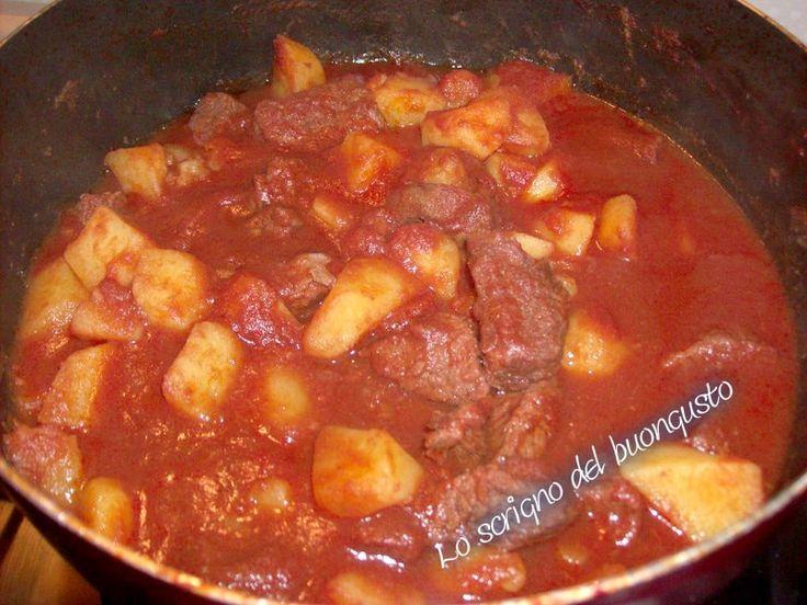 SPEZZATINO AL SUGO CON PATATE  CLICCA QUI PER LA RICETTA   http://loscrignodelbuongusto.altervista.org/spezzatino-al-sugo-con-le-patate/                            #spezzatino #patate #secondopiatto #ricette #food #cena #piattounico