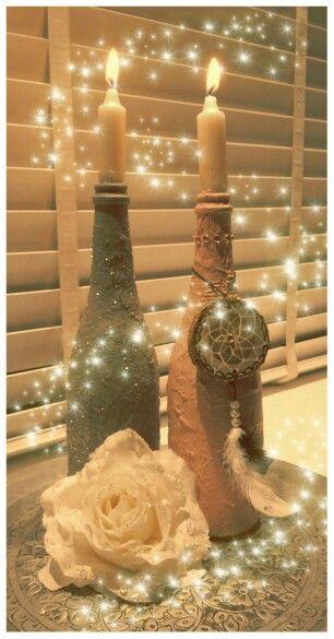 Deze op gepimpte flessen gemaakt met acrylverf en toiletpapier. De grijze heeft glinsters. Leuk voor de kerst! De roze fles heeft strassteentjes bovenop en een dromenvanger van hout (€4,95) deze kun je bestellen bij Www.creativeartbyjessica.nl #kerstdecoratie #kerst #kerstballen #christmasdecoration #christmas #christmastree #kerstboom #boomschijf #wood #hout #glitter #treeslices #tree #decoration #candle #kandelaars #kaarsen #candlelight