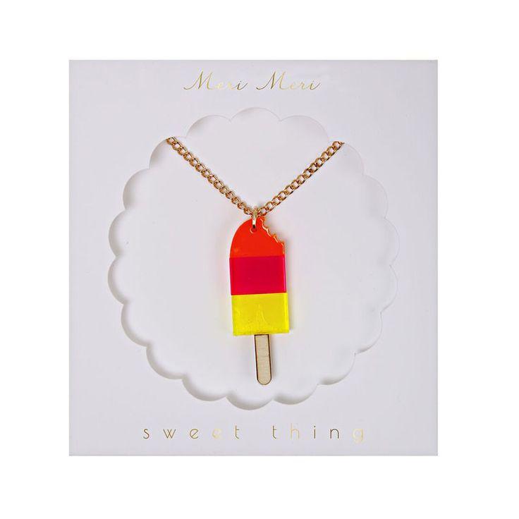 Sød lille halskæde fra Meri Meri, der har vedhæng af transparent akryl designet som en sodavandsis. Halskæden er justerbar fra 46-51 cm. Leveres i fin lille gav